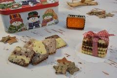 Boîte à biscuits et à Noël avec des bonhommes de neige images libres de droits