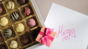 Boîte à bonbons au chocolat et une boîte avec la bague de fiançailles Photographie stock libre de droits