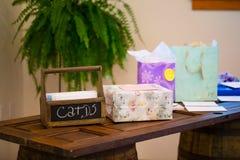 Boîte à cartes sur le Tableau de cadeau de mariage Photographie stock