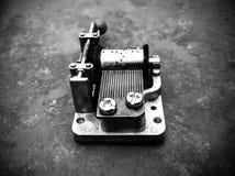 Boîte à musique mécanique noire et blanche sur un fond de tuile photographie stock