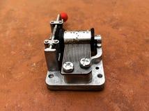 Boîte à musique mécanique sur un fond de tuile Image stock
