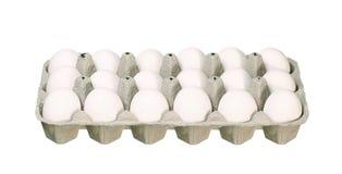 Boîte à oeufs de carton avec les oeufs blancs de poulet d'isolement sur le blanc Images libres de droits
