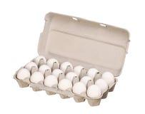 Boîte à oeufs de carton avec les oeufs blancs de poulet d'isolement sur le blanc Photographie stock libre de droits
