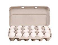 Boîte à oeufs de carton avec les oeufs blancs de poulet d'isolement sur le blanc Photo libre de droits