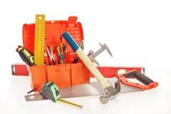 Boîte à outils avec de divers outils de travail d'isolement au-dessus du blanc images libres de droits