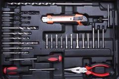Boîte à outils noire avec des instruments de différence Photo stock