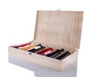 Boîte à vin complètement de bouteilles Photographie stock libre de droits