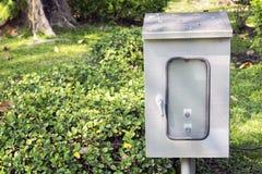 Boîte électrique extérieure au parc public ou au jardin Images stock