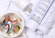 Boîte électrique, prise électrique et diagrammes sur le dessin de construction photographie stock