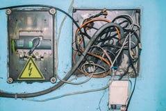 Boîte électrique sale de transformateur avec des fils Photos libres de droits