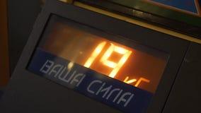 Boîte électronique métallique avec les chiffres de clignotant indiquant sur la fenêtre en verre de panneau clips vidéos