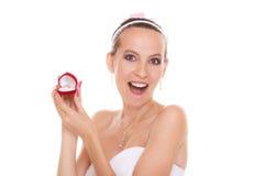 Boîte étonnée de bague de fiançailles d'ouverture de femme de jeune mariée Photographie stock