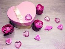 Boîte actuelle avec amour rose de jour du ` s de valentine de carte de voeux de fleurs Photographie stock libre de droits