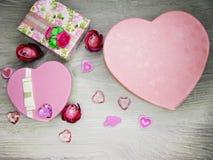 Boîte actuelle avec amour rose de jour du ` s de valentine de carte de voeux de fleurs Photo stock
