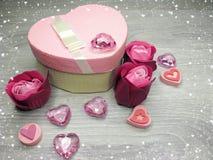 Boîte actuelle avec amour rose de jour du ` s de valentine de carte de voeux de fleurs Photo libre de droits