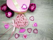 Boîte actuelle avec amour rose de jour du ` s de valentine de carte de voeux de fleurs Photos stock