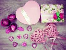 Boîte actuelle avec amour rose de jour du ` s de valentine de carte de voeux de fleurs Photos libres de droits