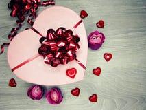 Boîte actuelle avec amour rose de jour du ` s de valentine de carte de voeux de fleurs Image stock