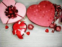 Boîte actuelle avec amour rose de jour du ` s de valentine de carte de voeux de fleurs Image libre de droits