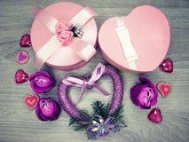 Boîte actuelle avec amour rose de jour du ` s de valentine de carte de voeux de fleurs Images libres de droits