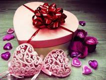 Boîte actuelle avec amour rose de jour du ` s de valentine de carte de voeux de fleurs Photographie stock