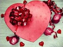 Boîte actuelle avec amour rose de jour du ` s de valentine de carte de voeux de fleurs Images stock