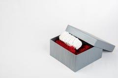 Boîte actuelle avec des chaussettes de Noël dans elle Images stock