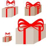 Boîte actuelle brune de Ligth avec le ruban rouge Photos libres de droits