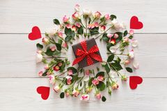 Boîte actuelle dans le cadre naturel rose de roses sur le bois rustique blanc photos stock