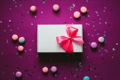 Boîte actuelle de blanc avec l'arc rose photos stock