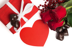 Boîte actuelle de rouge avec le ruban blanc, roses rouges, coeur de papier rouge Photographie stock