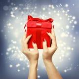 Boîte actuelle de rouge sur Noël sur le fond shinning Images stock