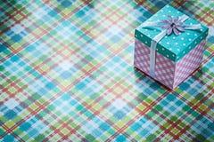 Boîte actuelle emballée sur le concept vérifié de célébrations de textile Images libres de droits
