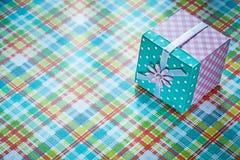 Boîte actuelle emballée sur le concept vérifié de vacances de textile Images libres de droits