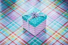 Boîte actuelle enveloppée sur les célébrations vérifiées Co de fond de tissu Photo libre de droits