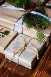 Boîte actuelle pour la décoration de Noël avec l'arbre de Noël sur en bois Image stock