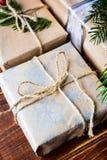Boîte actuelle pour la décoration de Noël avec l'arbre de Noël sur en bois Photographie stock