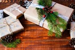 Boîte actuelle pour la décoration de Noël avec l'arbre de Noël sur en bois Photos stock
