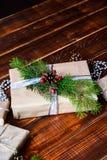 Boîte actuelle pour la décoration de Noël avec l'arbre de Noël sur en bois Image libre de droits