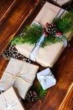 Boîte actuelle pour la décoration de Noël avec l'arbre de Noël sur en bois Images stock