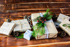 Boîte actuelle pour la décoration de Noël avec l'arbre de Noël sur en bois Photos libres de droits
