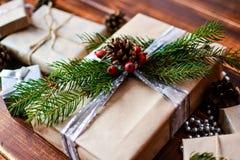 Boîte actuelle pour la décoration de Noël avec l'arbre de Noël sur en bois Photo stock