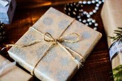 Boîte actuelle pour la décoration de Noël avec l'arbre de Noël sur en bois Images libres de droits