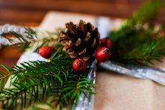 Boîte actuelle pour la décoration de Noël avec l'arbre de Noël sur en bois Photographie stock libre de droits