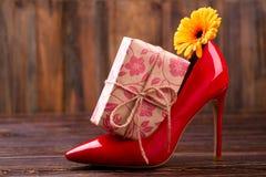 Boîte actuelle près de chaussure Images stock