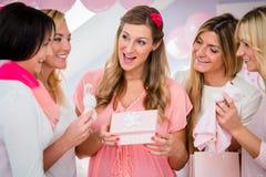 Boîte actuelle s'ouvrante de femme enceinte sur la fête de naissance Image libre de droits