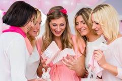 Boîte actuelle s'ouvrante de femme enceinte sur la fête de naissance Photos libres de droits
