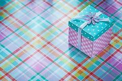 Boîte actuelle sur le concept vérifié de vacances de fond de tissu Photo stock