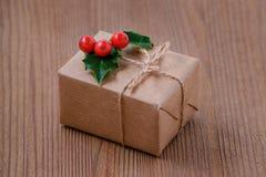 Boîte actuelle traditionnelle avec des baies de houx sur le foyer en bois et sélectif Image libre de droits