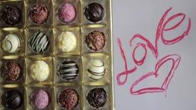 Boîte, amour et coeur-dessin à bonbons au chocolat Image stock